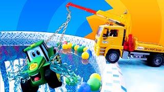 Зеленый трактор упал в бассейн. Чиним машинки — Видео про игрушки для мальчиков