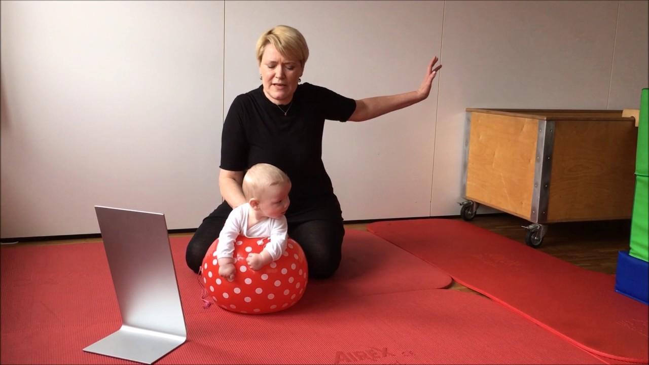 baby fritz 4 5 monate spielanregung in bauchlage auf dem wasserball youtube. Black Bedroom Furniture Sets. Home Design Ideas
