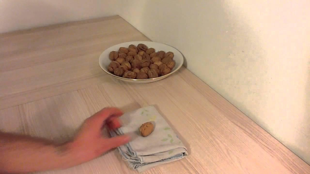 Casser une noix sans casse noix casser noix avec la main youtube - Comment couper une courgette ...