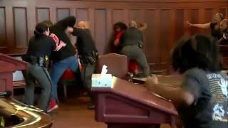 USA: Brüder gehen während Gerichtsprozess auf mutmaßlichen Mörder los