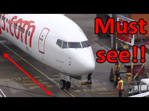 Must see: Pegasus Pilot needs help at the gate in TXL