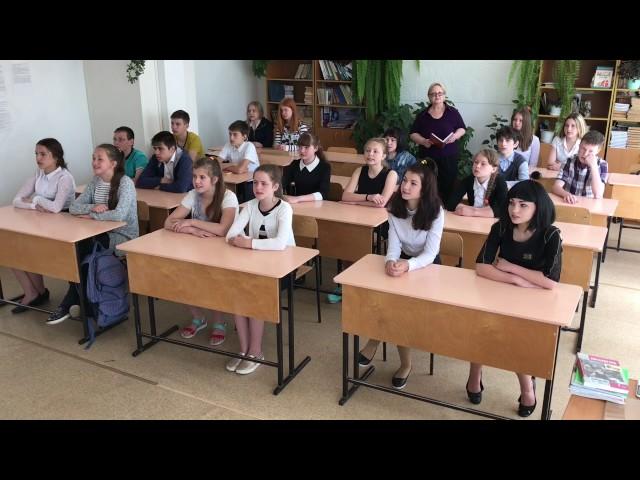"""Изображение предпросмотра прочтения – «Учащиеся 7""""Б"""" класса и Липча Т.А.» читает произведение «Размышления упарадного подъезда» Н.А.Некрасова"""