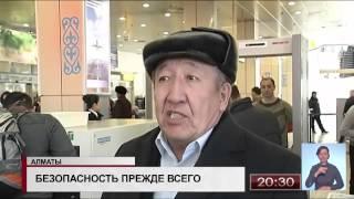 В аэропорту Алматы служебные собаки обыскивают багаж на наличие боеприпасов и взрывчатых веществ