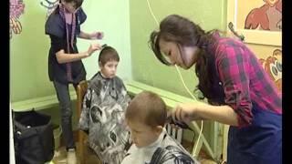 Будущие парикмахеры стригут детей бесплатно