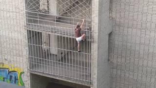 Парень в Комсомольске-на-Амуре залез на крышу дома по стене, без страховки
