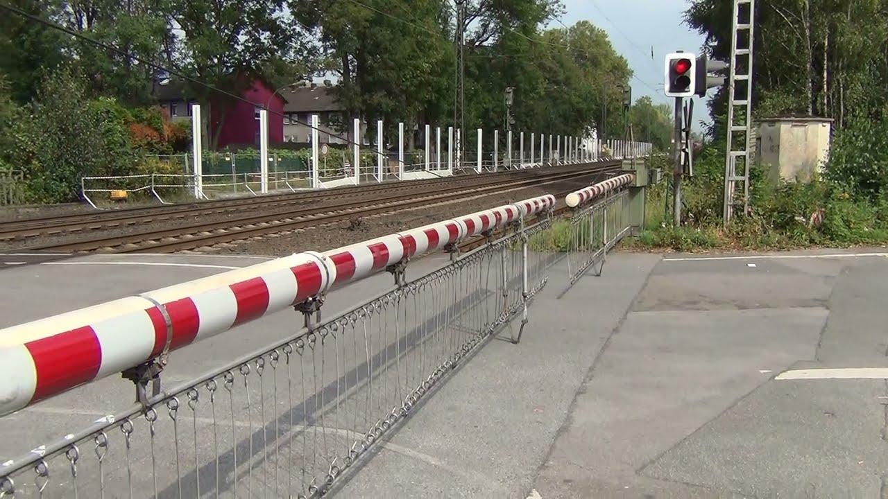 Bahnübergang Plutostraße - Schranken und Züge bei Lärmsanierung ...