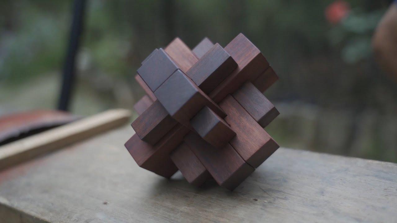 阿木爷爷拿出十二根木条环环相扣成木锁,精致好玩