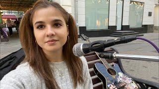 Стрим уличны музыкант поёт песни в Москве