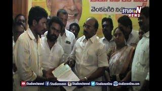 Nellore Venkatagiri MLA Distributes Cheques To People Effected Due To  Heavy Rains | Studio N
