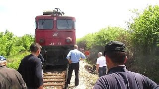 461-123 nalet i  izvlacenje traktora,(locomotives impact on the vehicle)
