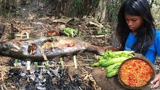 Primitive Survival - Grilled Fish in Forest for Food - Girl's life Without Technology