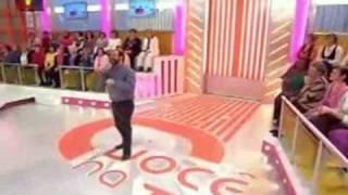 Певец уронил микрофон на передаче(, 2010-05-04T07:10:13.000Z)