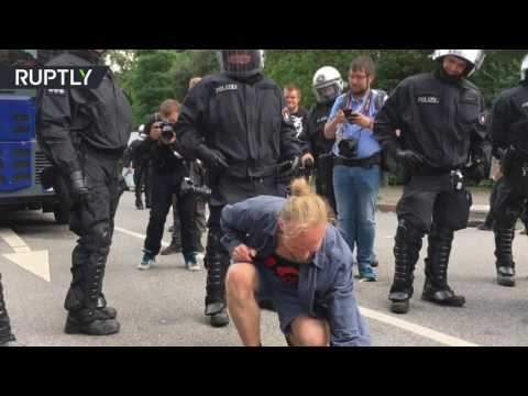 Cross & Peace signs: Police mingle with anti-G20 protesters amid demos in Hamburg
