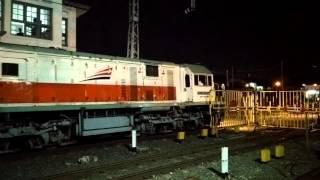 Kereta Api Serayu Malam Berangkat Dari Jalur 3 Stasiun Pasar Senen