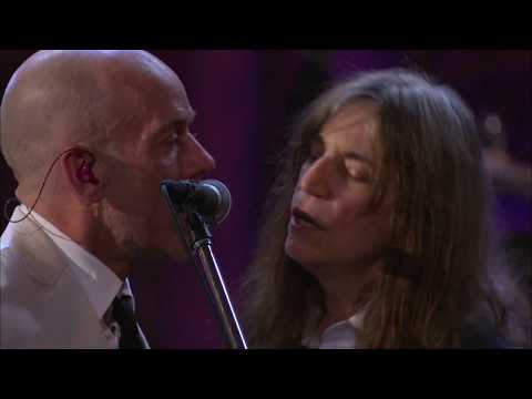 """R.E.M., Patti Smith perform """"I Wanna Be Your Dog"""" at the 2007 Induction Ceremony"""
