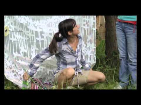 Karla aus Dresden lutscht im Freien einen Schwanz