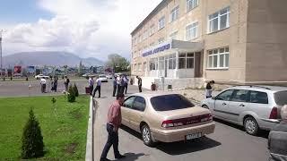 Оор жүк ташуучу айдоочулары Балыкчы шаарында унааларын токтотуп турушат.