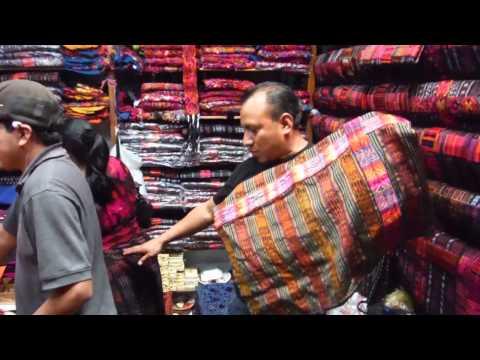Trajes típicos en el Mercado de Chichicastenango (Guatemala)