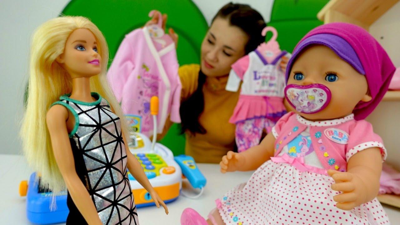 Красивая девушка развлекается со своей любимой игрушкой фото 128-925