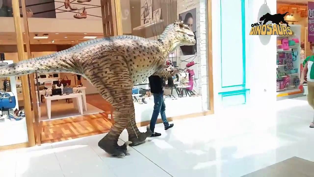 Mal eben den T-Rex an der Leine durch das Shopping-Center führen