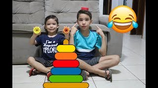 Rafael e João Pedro brincam de ensinar cores no Gira Cores | Learn Colors with Stacking Rings