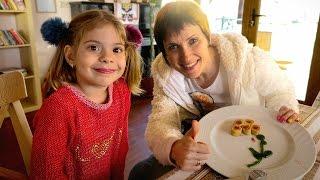 Видео детям. Капуки Кануки Маша и Элис в ресторане. Детское меню: блинчики и масленица(Новое видео детям с Машей и Элис на канале