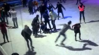 видео В центрі Тернополя відкрили ковзанку