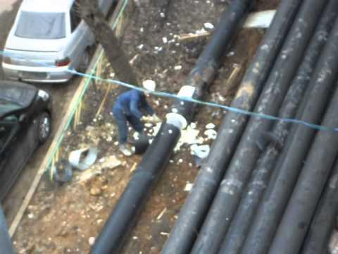 Рабочий снимает изоляцию с труб теплосети. 20.04.2013.