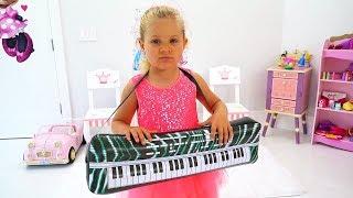 ديانا تتظاهر بلعب برنامج المواهب بألعاب الآلات الموسيقية للأطفال
