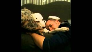 Собака гладит хозяина по голове(Чтобы хозяин уснул собака гладит его по голове Видео приколы про животных .... и не только!!! Подписывайтесь..., 2015-02-02T15:37:42.000Z)