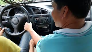 Học lái xe ô tô bị thầy mắng rã mồ hôi