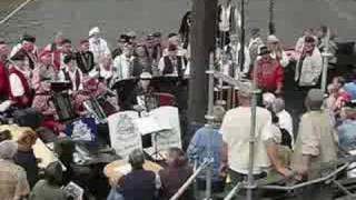 Burgemeester Oosterhof zingt met Kamper Koggezangers