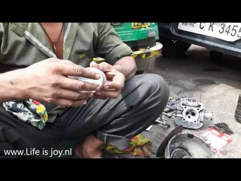Renovating Tuktuk engine with cylinder overhaul washers. Streetlife Delhi Himalaya road trip.