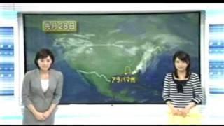 米国の竜巻を解説するアナウンサーの見ていない所で画面に異変が.