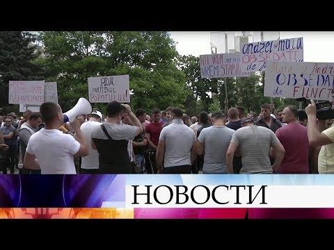 В Молдавии Конституционный суд лишил президентских полномочий Игоря Додона.