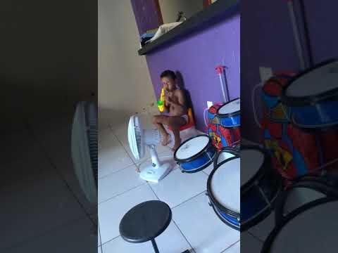 Criança brincando de Música