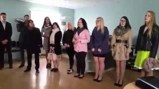 """Väike-Maarja gümnaasiumi abituriendid esitavad politseinikele Karl-Erik Taukari laulu """"Kell kuus"""""""