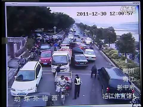 Crazy Guangdong driver destroys everything to escape police
