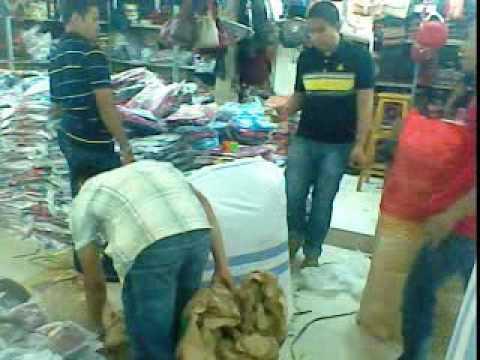 Kesibukan Pedagang Grosir Tas Pasar Senen Jakarta