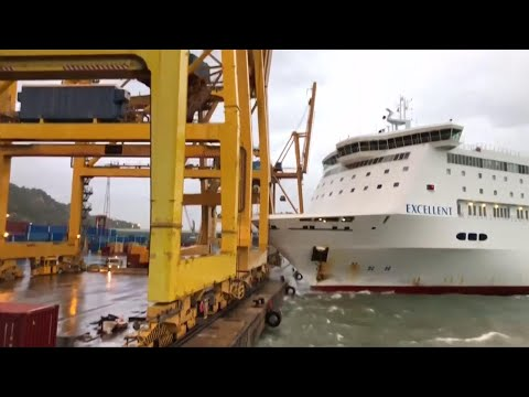 Barcellona, traghetto sbaglia manovra in porto: abbatte gru e scoppia incendio
