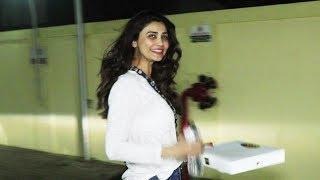 Daisy Shah दिखाई दी Juhu PVR में