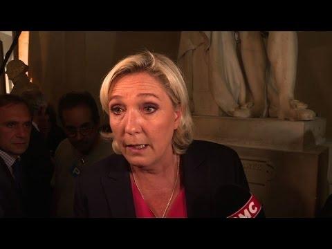"""Congrès: Marine Le Pen dénonce le """"flou"""" de Macron"""