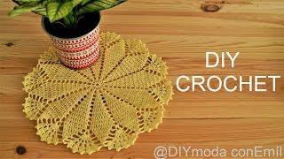 Aprendemos a tejer un tapete o carpeta básica a crochet en forma redonda para los principiantes del ganchillo. Este centro de mesa tejido con hilo de algodón ...