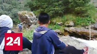 Чудом выжил: на видео попал момент падения скалы на подростка - Россия 24 