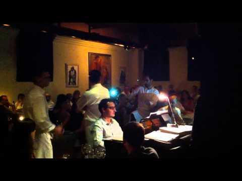 cantantes del restaurante La Castafiore interpretando