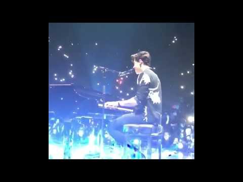 Shawn Mendes' mic falls😂