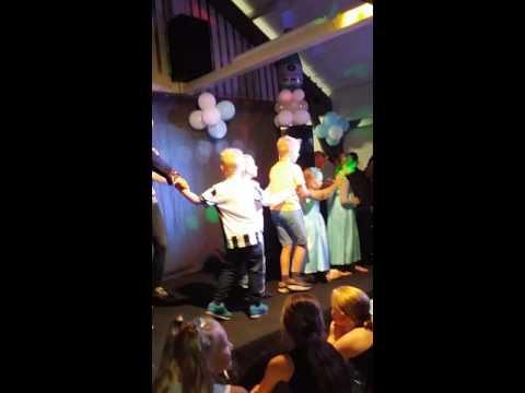 Ik met de kinderen dansen op het podium.bij karaoke