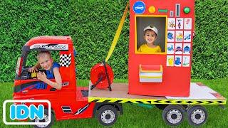 Niki naik truk derek dan bermain menjual mobil mainan untuk anak anak