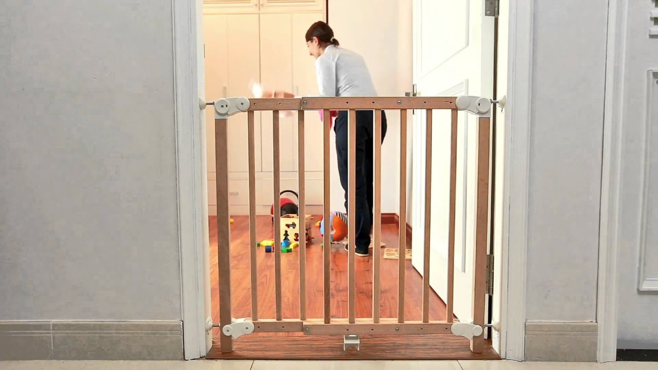 Genial Aurore Extending Wooden Safety Gate   Pressure Mounted