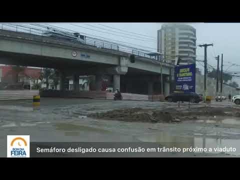 Semáforo desligado causa confusão em trânsito próximo a viaduto
